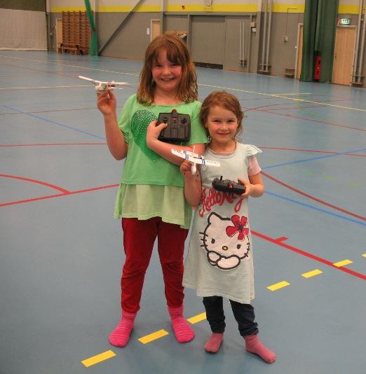 Greta och Ines med sina nya flygplan
